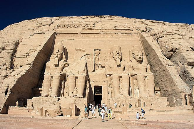 Ficheiro:Abu Simbel, Ramesses Temple, front, Egypt, Oct 2004.jpg