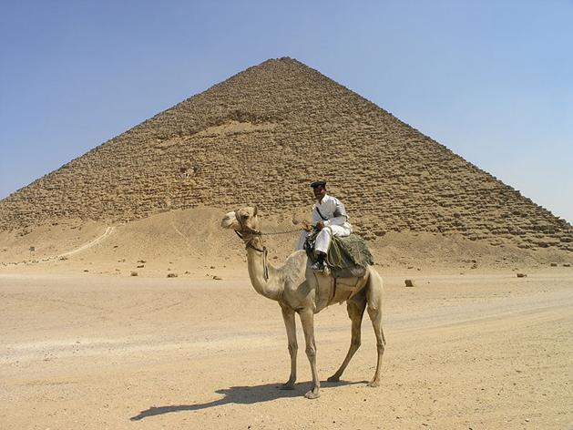Ficheiro:Dahshur - Red Pyramid - Tourist policemen on camel.JPG