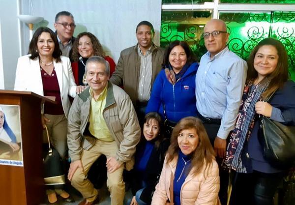 A imagem pode conter: 24 pessoas, incluindo Maria Reyna de Morante, Ana Delgado, Isabel Loo Fernández, Jose Hinojosa Noriega e Toto Machuca, pessoas sorrindo, área interna