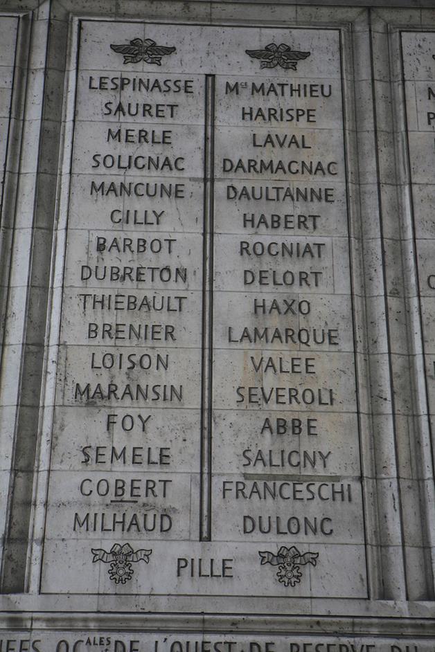 Foto das colunas de pedra 35 e 36 sob o Arco do Triunfo.