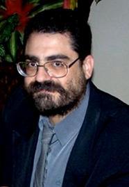 1) Enrique Eliseo Baldovino autografando a Revista Espírita de 1858 no lançamento em Brasília em 2005