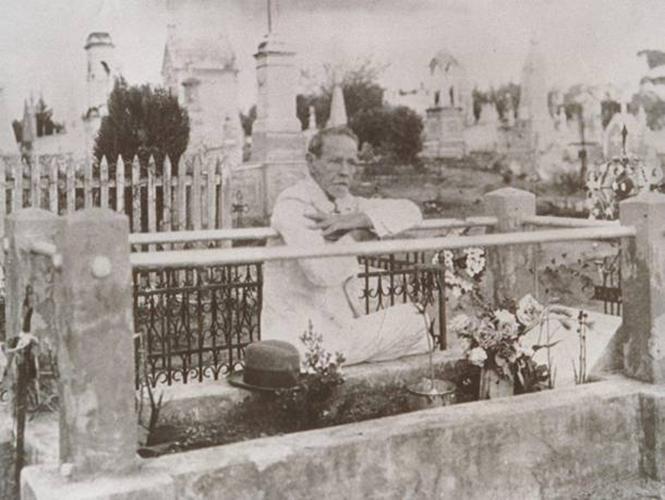 Cairbar Schutel,junto aos túmulos do cemitério de Matão