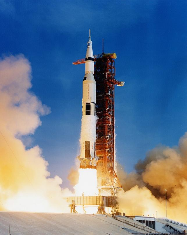 https://upload.wikimedia.org/wikipedia/commons/thumb/7/7d/Apollo_11_Saturn_V_lifting_off_on_July_16%2C_1969.jpg/816px-Apollo_11_Saturn_V_lifting_off_on_July_16%2C_1969.jpg