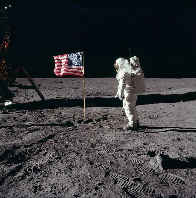 https://upload.wikimedia.org/wikipedia/commons/thumb/d/dd/Buzz_salutes_the_U.S._Flag.jpg/800px-Buzz_salutes_the_U.S._Flag.jpg